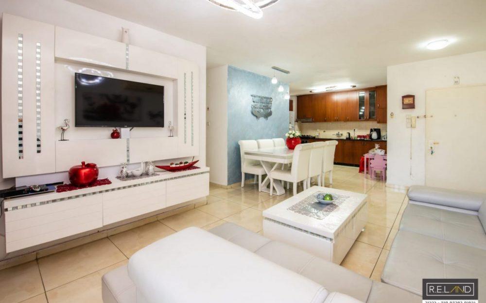 דירת 4 חדרים משופצת, למכירה בפרדס חנה!חדש