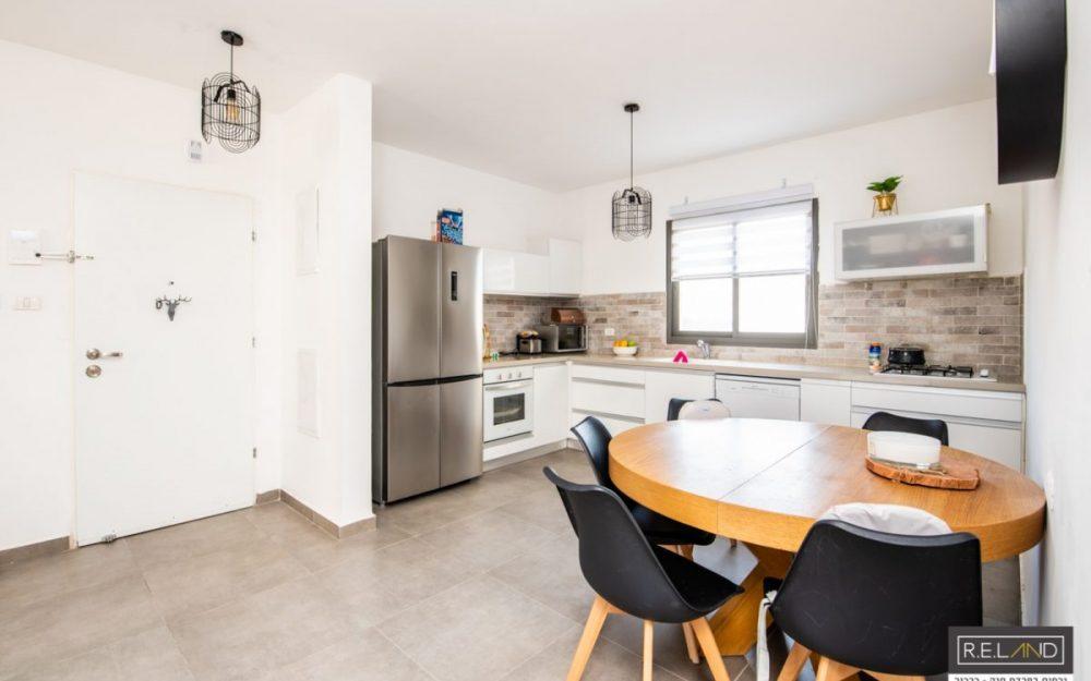 בחריש קומה ראשונה דירת 4 חדרים למכירה.חדש