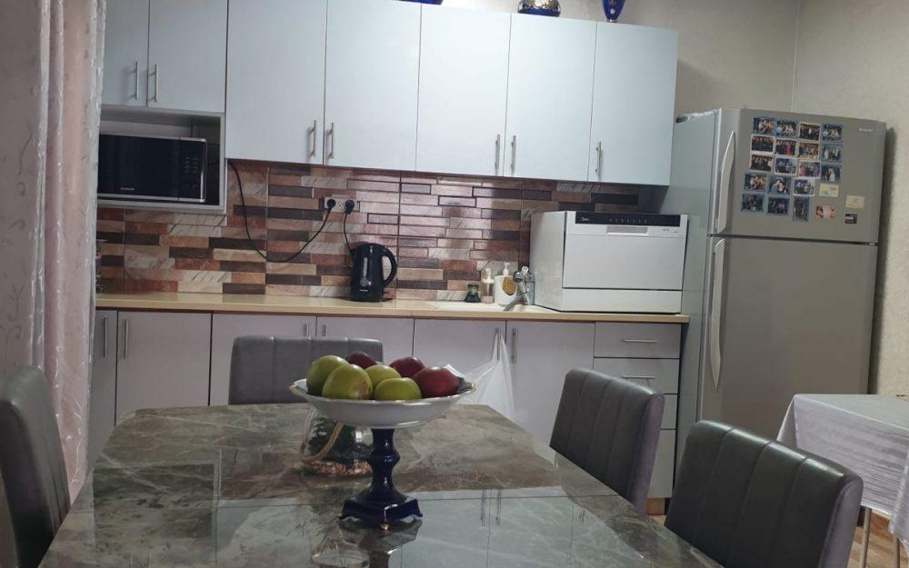 למכירה בפרדס חנה, דירת 3 חדרים מסודרת.חדש
